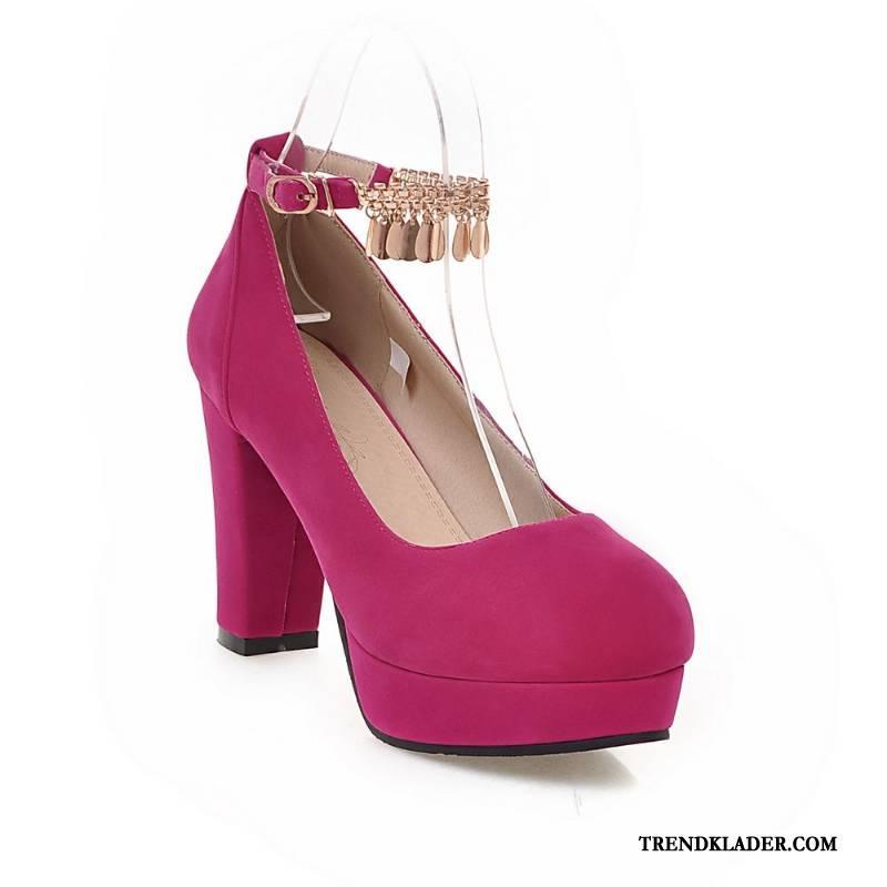 högklackade skor med röd sula